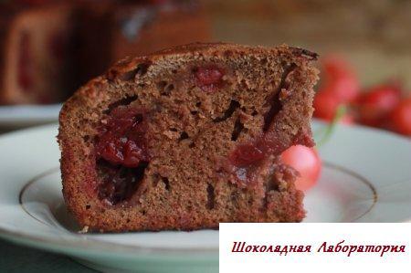 Шоколадный бисквит с вишней