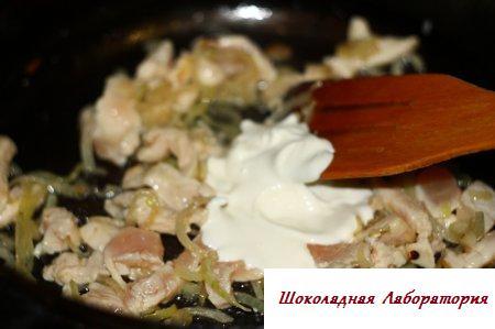 Вермишель с куриным филе в сметанном соусе с гранатом