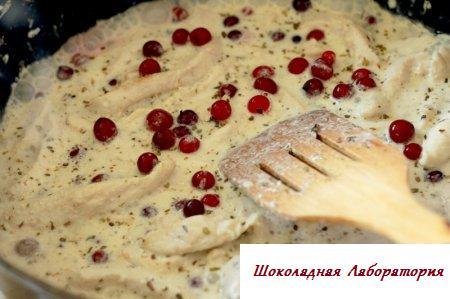 Куриное филе в сметанном соусе с клюквой и оливками