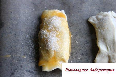 Слойки с клюквой и сахаром