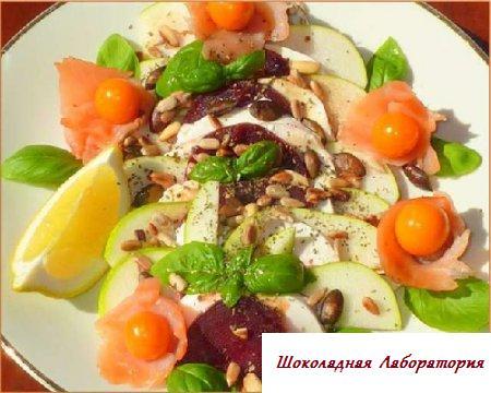 Салат из индейки с клубникой и грушей