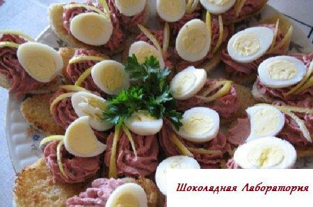 Закуска с печеночным паштетом и перепелиными яичками
